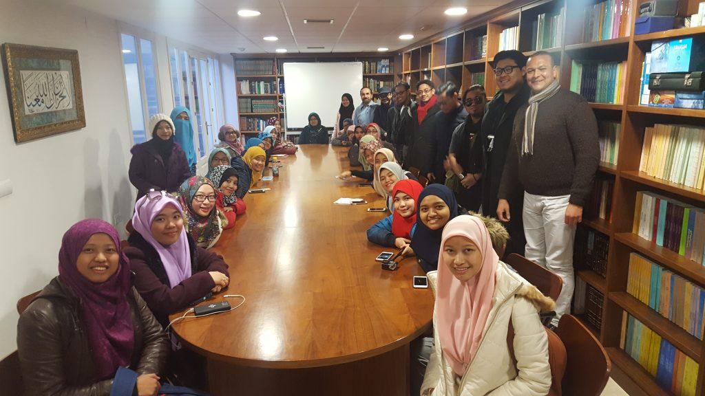 Los estudiantes malayos en la biblioteca del Centro de Estudios Islámicos